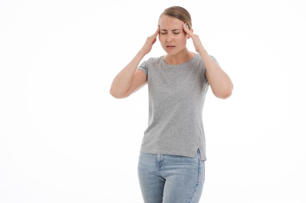 灰色シャツ女性
