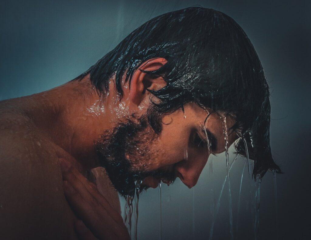 シャンプーを浴びる男性