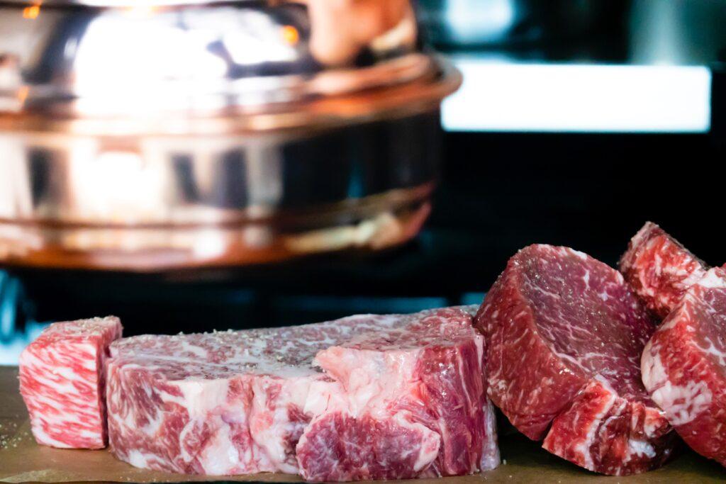 肉のステーキ