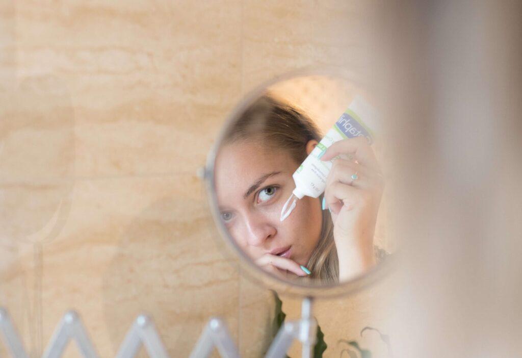 女性の顔 スキンケア