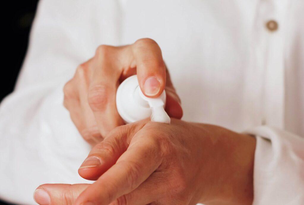 クリーム 女性の手